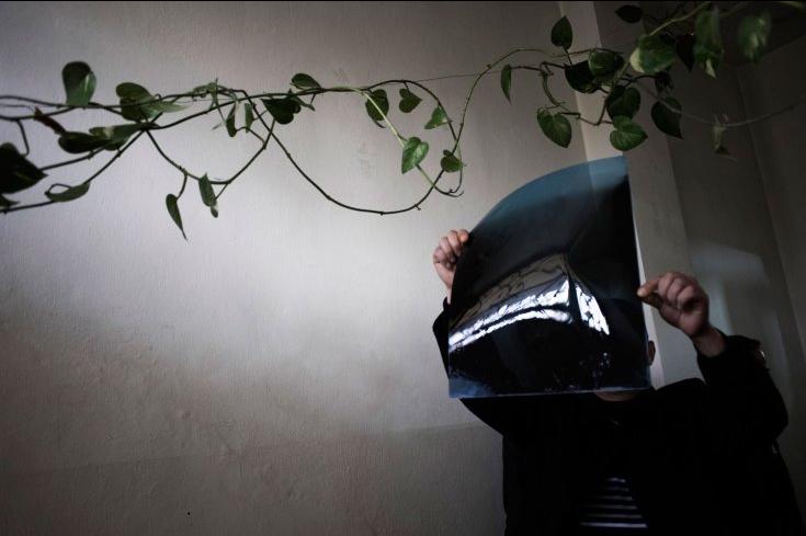Un medico esamina una radiografia in un'abitazione usata come ospedale