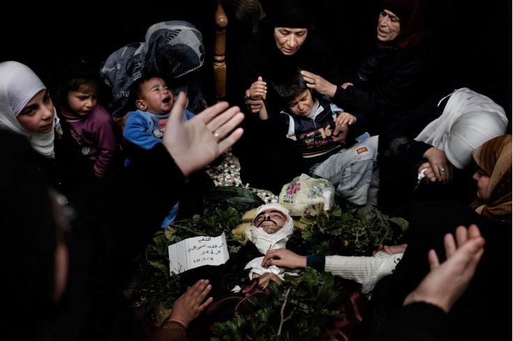 Donne piangono un uomo rapito e poi ucciso dagli shabbiha