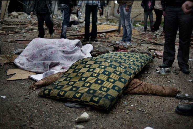 Il corpo di un poliziotto di fronte all'ex stazione di polizia