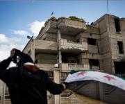 Bandiera siriana di fronte all'ex stazione di polizia