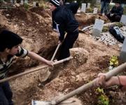 Un uomo scava la tomba per il padre rapito e ucciso dagli shabbiha