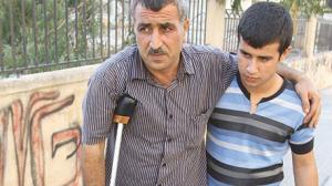 Un manifestante siriano dopo esser stato picchiato a Verdun, Beirut