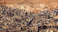 22 ottobre 2011, tarda mattinata. Un mese esatto è passato e la stoffa iraniana è ancora senza forma. Di nuovo dal sarto e dai ragazzi della sua famiglia: col metro […]