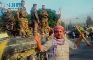 Soldati siriani disertori posano assieme a manifestanti
