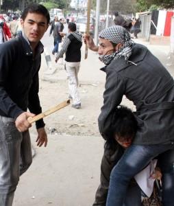 Cairo, 20 novembre 2011. Lealisti siriani si difendono a mani nude da un salafita anti-regime che imbraccia un Rpg appena fornitogli dal cattivone Erdogan (Foto Reuters, che nella didascalia scrive che ad esser picchiato è un anti-regime siriano)
