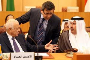 Il segretario generale della Lega Araba (sx) e il premier del Qatar (dx) discutono a margine della riunione del Cairo del 2 novembre 2011