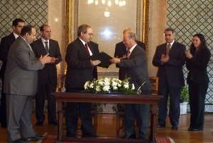 La firma al Cairo del protocollo da parte del sottosegretario agli esteri siriano Faysal Miqdad e il vice segretario generale della Lega Araba Ahmad ben Helli
