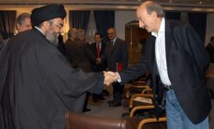 Walid Jumblat (dx) stringe la mano al sayyid Hasan Nasrallah leader del movimento sciita Hezbollah