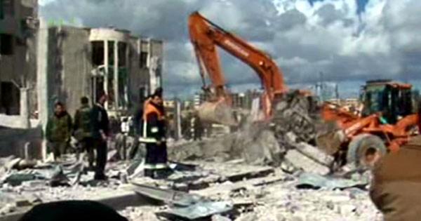 Fermo immagine della tv di Stato siriana, le ruspe rimuovono i detriti dopo meno di un'ora dagli attentati
