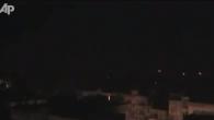 Immagini diffuse dall'agenzia Associated Press. Si tratta di un montaggio di vari filmati amatoriali girati a Homs nella notte tra il 3 e il 4 febbraio durante quello che testimoni […]