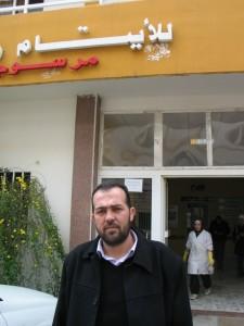 Abu Raed, fuori dalla clinica Zahra che gestisce a Tripoli