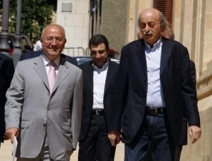 Il ministro Bou Faour al centro tra Walid Jumblat (dx) e Ghazi al Aridi.