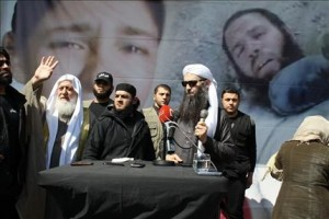 Lo shaykh Ahmad al Asir (dx) e lo shaykh Dayy al Islam Shahhal (sx) a Wadi Khaled il 1 aprile 2012 (foto Safir)