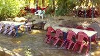 Era un ristorante di campagna, con i tavoli di plastica appoggiati al cemento o dentro l'acqua e i narghilé attorno alle sedie. I ragazzi si tuffavano nel fiume, il Wazzani. […]