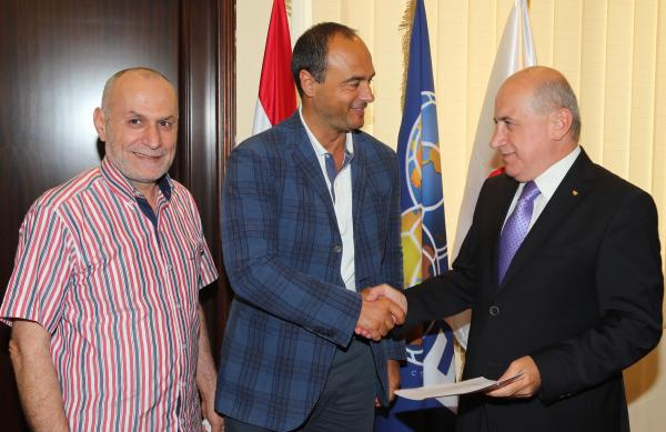 Giuseppe Giannini dopo la firma a Beirut con Hashem Haydar della Federcalcio libanese
