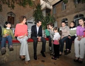 Bashar al Asad incontra giovani cristiani in occasione della Pasqua del 2009