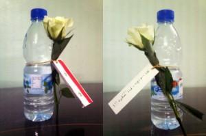 Bottiglie d'acqua offerte ai soldati siriani nel novembre 2011 a Daraya da attivisti non violenti durante la repressione (Mashallanews, nov. 2011)