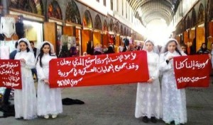 Attiviste pacifiche siriane manifestano a Damasco. Poco dopo arrestate.