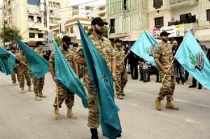 Sfilata di miliziani Hezbollah in un quartiere di Sidone (foto archivio)