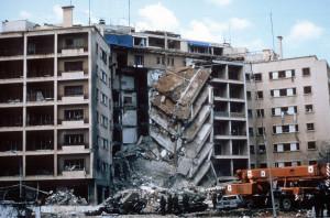 Edificio distrutto dell'ambasciata Usa a Beirut, aprile 1983 (Wikipedia)