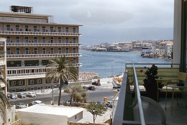 L'Hotel Saint George a Beirut visto dalla terrazza di un edificio non più esistente, ca. 1960 (oldBeirut)