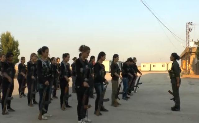 Addestramento di giovani combattenti curde nella Siria nord-orientale
