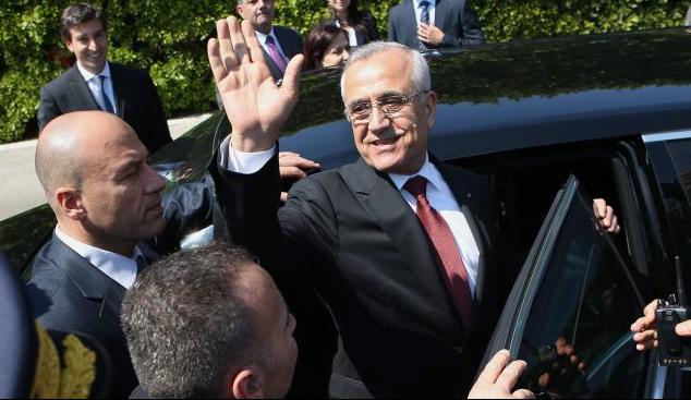 Michel Suleiman lascia il palazzo presidenziale di Baabda lo scorso 24 maggio (AP)
