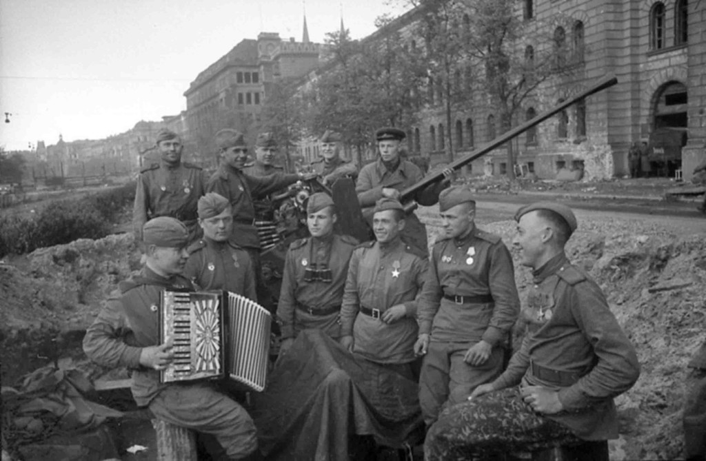 Russians soldiers in Berlin, 1945 (Internet)