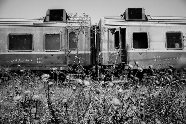 Vagoni dismessi della società ferroviaria irachena, Baghdad 2014. Foto di Bryan Denton